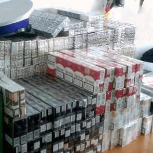 Policjanci Wydziału Ruchu Drogowego KMP w Krakowie w trakcie kontroli drogowej ujawnili papierosy bez polskich znaków akcyzy